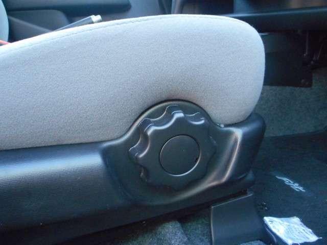 運転席ハイトアジャスターで自分に合った姿勢で運転できるように調整が出来ます。