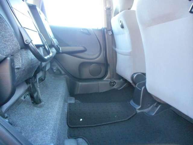 リヤシートの座面を跳ね上げると背の高いお荷物も積載可能です。