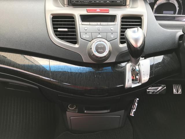 運転席、助手席からでもエアコン操作しやすい設計☆