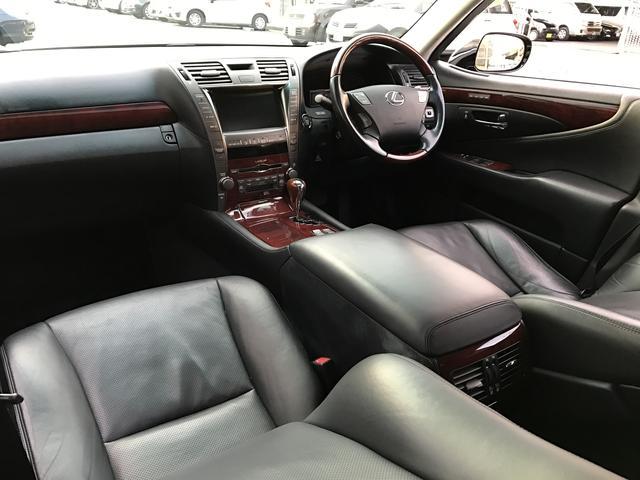 快適性と機能性にあふれた室内。 スペース効率のよさに感心させられます☆ 座った瞬間に実感できる座り心地も、ロングドライブも快適♪黒革シートでかっこいいです☆