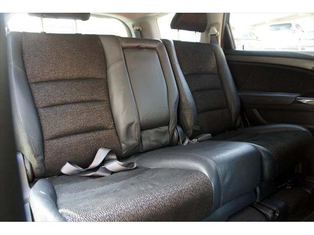■セカンドシートは、センターアームレストにドリンクホルダー付きでゆったりとした空間です。