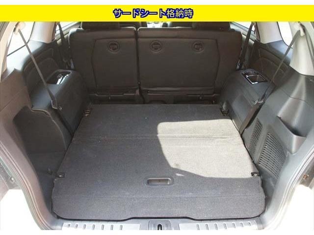 ■サードシートを格納すれば広いトランクスペースを確保できます。