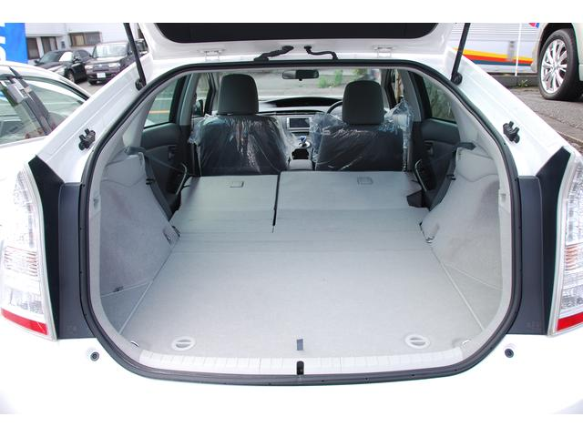 シートを倒せばスペースも広がり、大きめの荷物や長さのあるものも載せやすくなりますよ♪