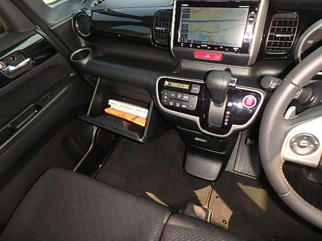 自然に手が届き、操作性の良いインパネシフト右側の、赤いボタンでエンジンスタート!パーキングブレーキは、フットブレーキタイプなので、運転席と助手席の間はスッキリしています。