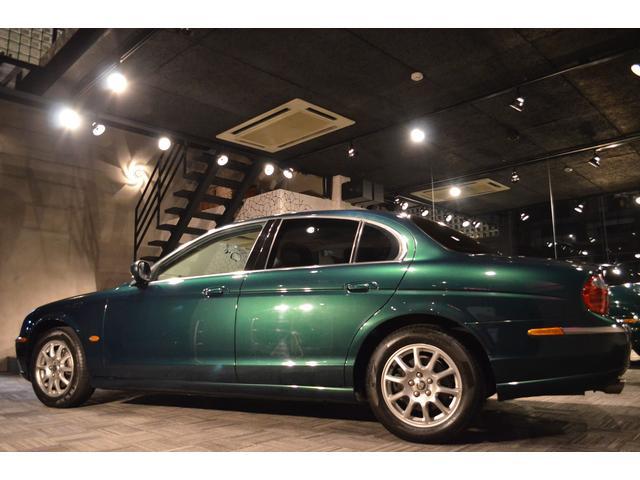 2004年式ジャガーSタイプ2.5V6、ジャガーレーシンググリーン。実走行23500kmの正規ディーラー物。禁煙車で内外装ともにコンディション良い物件です。リービングキャットマスコット付き。