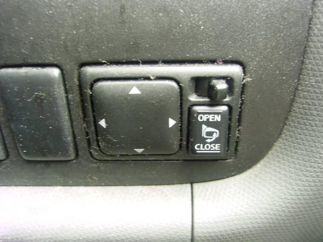 停車時のマナー。ミラーが電動で畳めて楽チン♪駐車、停車、発進時にボタン一つでドアミラーの開閉が可能です!