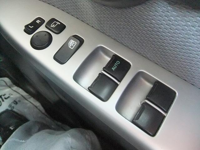 電動格納ドアミラー付きです。狭い場所などでの駐車時でも格納できるので便利です。
