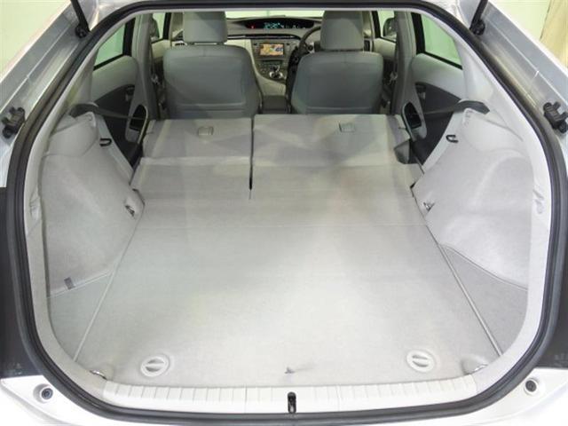 後部座席はワンタッチでフラット化、無理なく荷室が広がります。