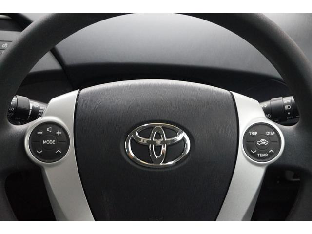 ステアリングスイッチで走行中でも視線を移さず安全にオーディオ操作ができます。