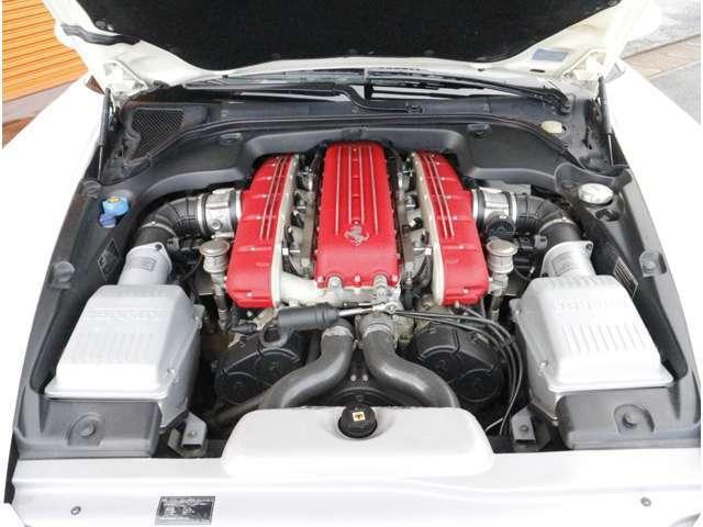ボンネットに収まっているパワーユニットは、4バルブ5,748ccの65度V12型エンジンで圧縮比が11.2対1に高められ最大出力540PS/7,250rpm(カタログ値)!