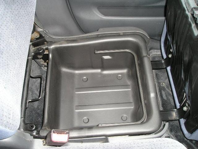 助手席の下には取り外し可能な小物収納BOX付で便利です☆