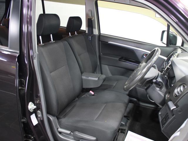 ベンチシートでフロントシートも広々しています。ベントシートで車内を楽々移動♪運転席側道路が狭くても助手席側からスムーズに出ることが出来ますよ。