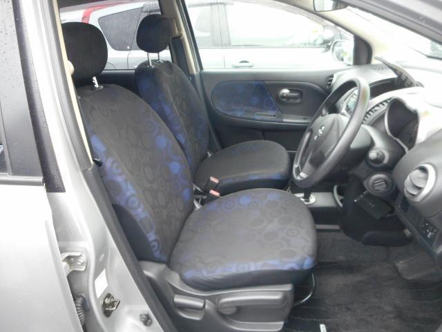フラットな感じの運転席。