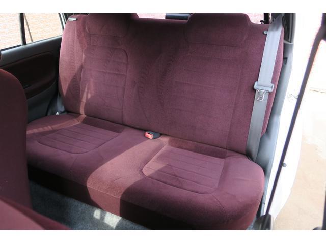 後部座席リクライニング調整有り。シートも目立つシミなどなくキレイです!