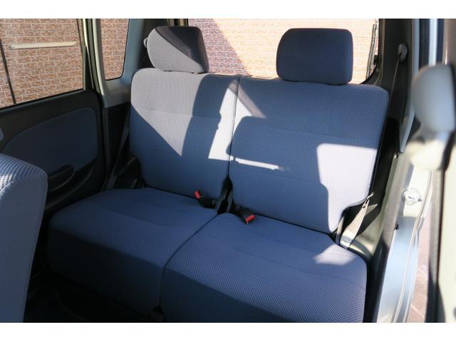 後部座席リクライニング調整有り。シートも目立つシミなどなくキレイです。