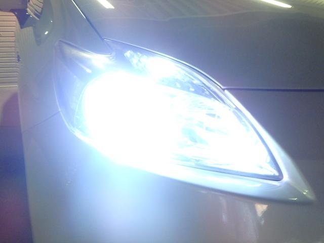ヘッドライトはHIDシステムですので、純白光のとてもキレイナ輝きです。