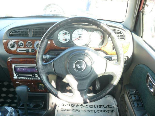 上質感のある、革巻きハンドルです。握りやすく運転しやすいですヨ☆