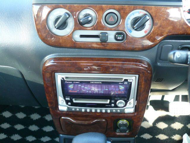 エアコンは操作しやすいダイヤル式。CDプレーヤーついてます。お好みの音楽を聴きながらドライブをおたのしみください。