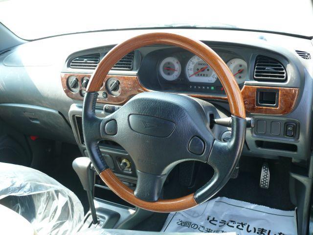 ウッドコンビハンドル☆高級感があって、握りやすく運転しやすいですよ。