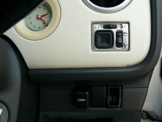 電動格納ミラーのスイッチです♪サイドミラーの出し入れがボタン一つで出来ますので狭い駐車場でも止めやすく、安心。