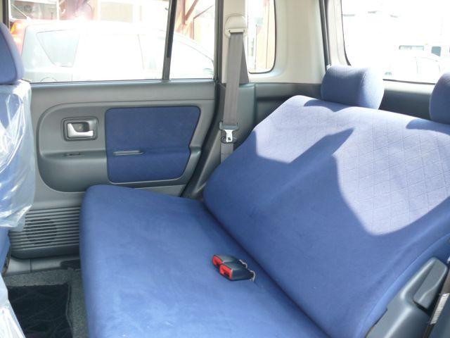 後部座席のシートも広々としています。リクライニングもできますので、同乗者の方も快適にお過ごしいただけます。