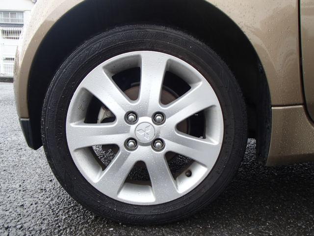 純正アルミに扁平タイヤでドッシリしてます。