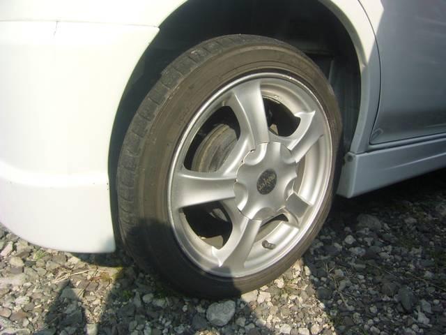 社外アルミでスポーティに!運転中のビジュアルを演出してくれる重要なポイントですね!