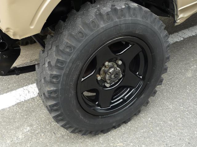 ブラV+ジープサービス。タイヤの目はあまりないです。+6万円~新品タイヤご相談ください。