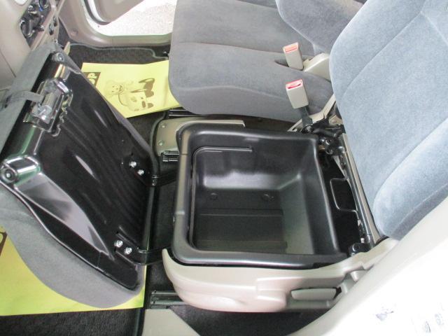 助手席シート下に収納BOXあります 大変便利です TOP ROAD TEL 092−410−9292福岡市東区香住ヶ丘7−2−2 モータウン敷地内一番奥