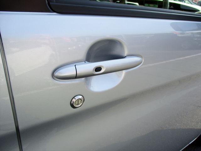 スマートキー付き!(鍵はポケットに入れたまま、ドアのボタンを指でタッチするだけで、ドアの開け閉めが出来ます。雨の日に大活躍しますよ!)