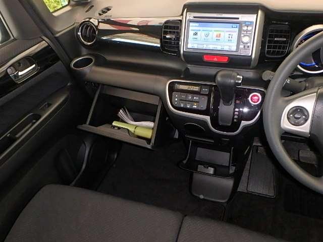 足元スッキリ、インパネシフトです。シフトノブの右側の赤いボタンを押して、エンジンスタート!パーキングブレーキはフットブレーキタイプなので、運転席と助手席の間がスッキリしています。