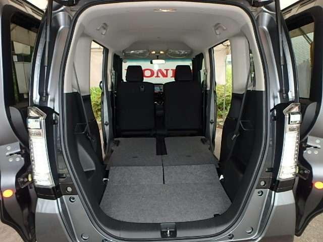 センターレイアウト燃料タンクなので、リアシートは足元まで収納でき、ラゲッジスペースはフラットで広がります。