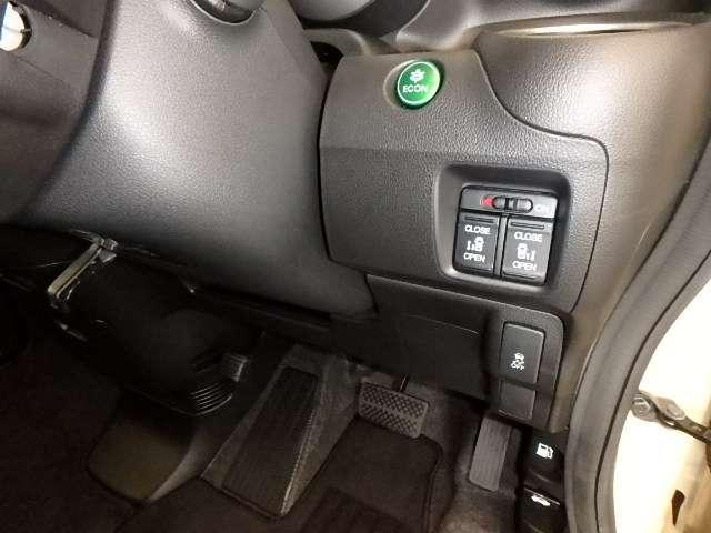 両側パワースライドドアや、燃費を抑えるECON、横滑りを防ぐVSA等のスイッチ類は、運転席右側、手の届きやすい位置にあります。