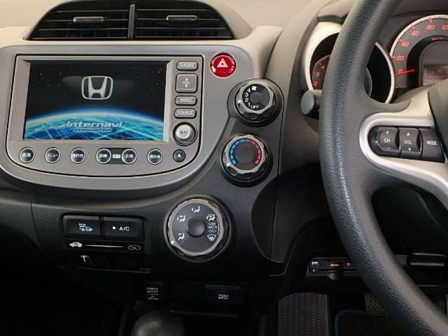 メーカーオプションのHONDAインターナビプレミアムクラブ対応HDDナビです。インターナビシステムで、車の流れを考慮したコースをリアルタイムで選択し、案内してくれます。ワンセグTVも視聴可能です。