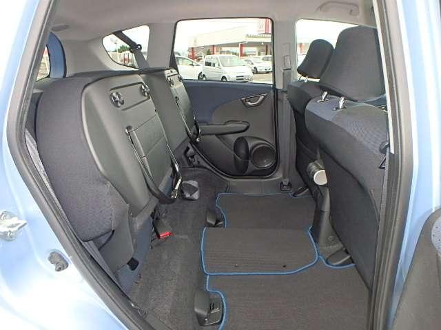 また、リアシート座面を跳ね上げて、背の高い荷物などを積む事ができます。