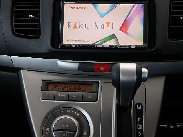 楽ナビ搭載。ドライブには便利です。エアコンはオートエアコンです。