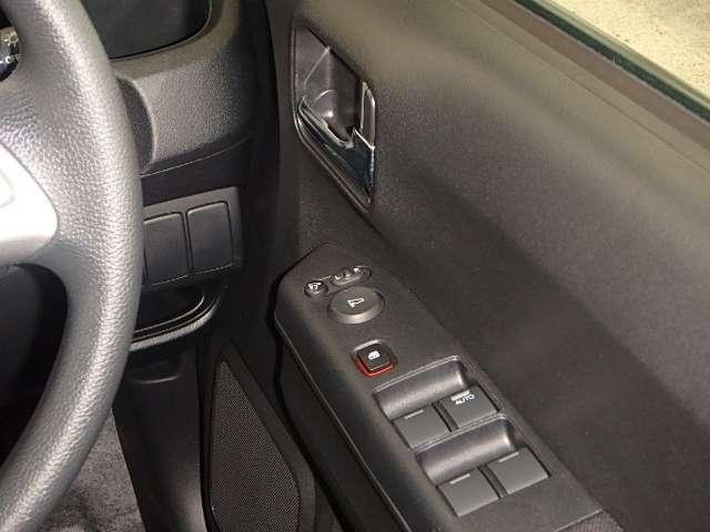 電動格納式リモコンドアミラーと、パワーウィンドウマスタースイッチ等は運転席ドアにあります。