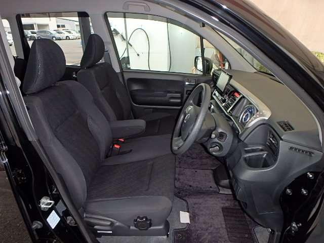 フロントは助手席と繋がったベンチシートで、運転席は高さが調整できる、ハイトアジャスター付です。ハンドルは、高さを調整できるチルトステアリングです。