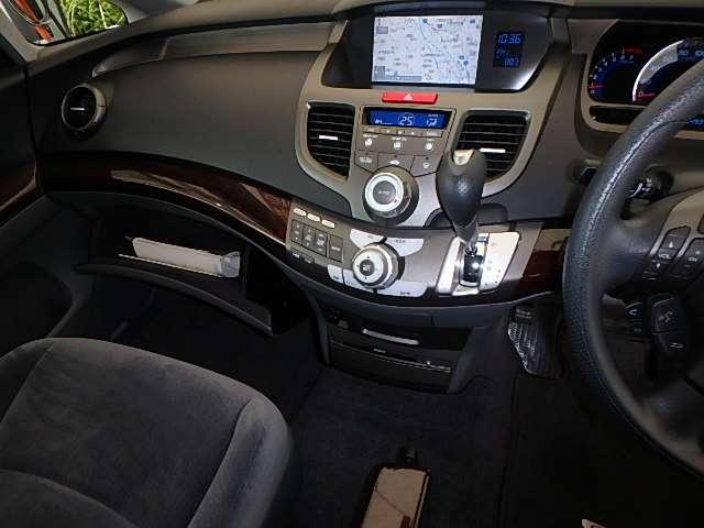 自然に手が届き、操作性の良いインパネシフトに、パーキングブレーキは、フットブレーキタイプなので、運転席と助手席の間はすっきりしています。