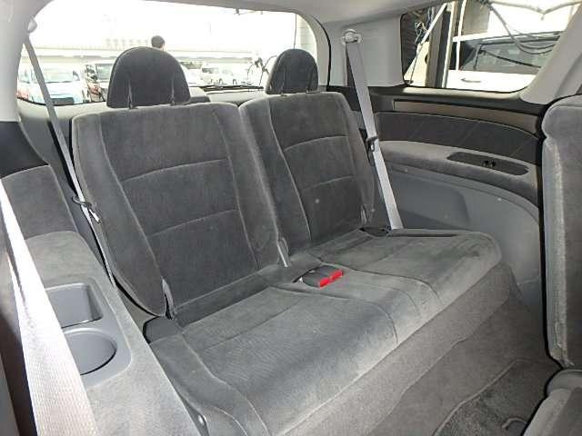 2人掛け3列目シートもゆったりスペースです。 家族みんなでのお出かけ、ロングドライブも快適です。 また、簡単に座席収納することができます。
