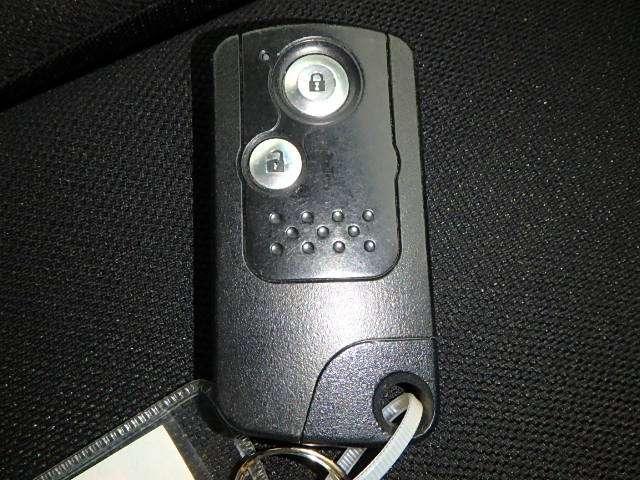 カバンに入れたままでも、ドアの解錠・施錠、ハンドル横のスイッチノブを回せばエンジンスタートが可能なスマートキーです。