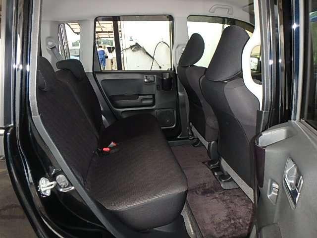リヤシートはクッションが分厚く、軽自動車とは思えないほどの乗り心地です。大きくてオシャレなドリンクホルダーも便利です。