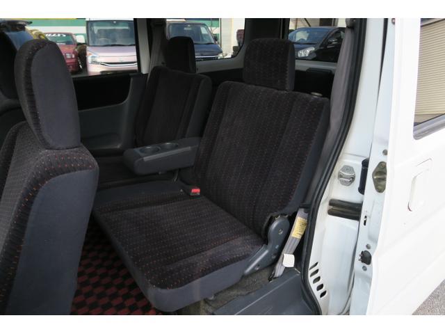 後席には肘置き&ドリンクホルダーでくつろげます。