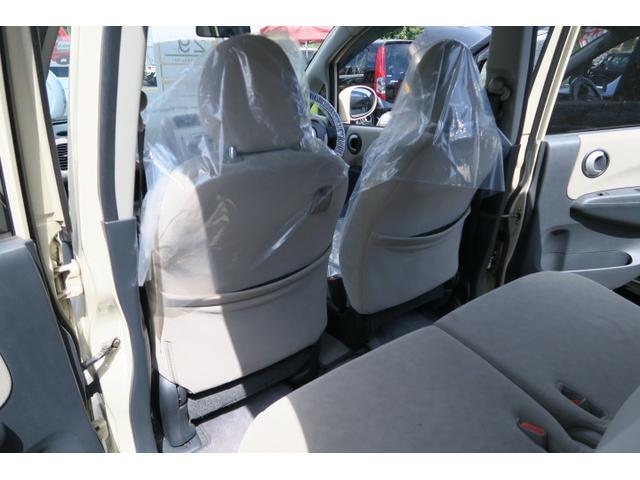 こちらが後部座席です。今の軽自動車は後部座席スペースも広くとっております。なので天井の圧迫感・足元の窮屈感も感じにくいのではないでしょうか!?大人が二人乗ってもゆったり出来る空間が確保できますよ♪