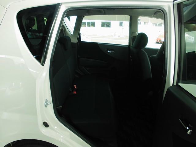 リヤシートもゆったりとしたスペース。大人の方が座っても、前席とのクリアランスは確保されてます。