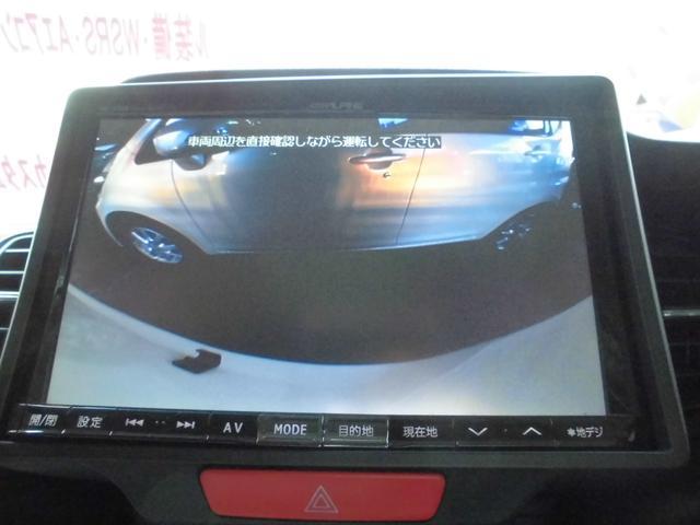 セレクトレバーをRにいれると、ナビ画面にバックカメラの映像が。ギリギリまでバックさせることは可能です。