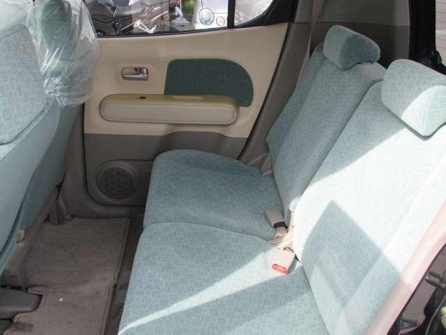 後部座席にも目立ったシミや汚れ等無く綺麗な状態です♪