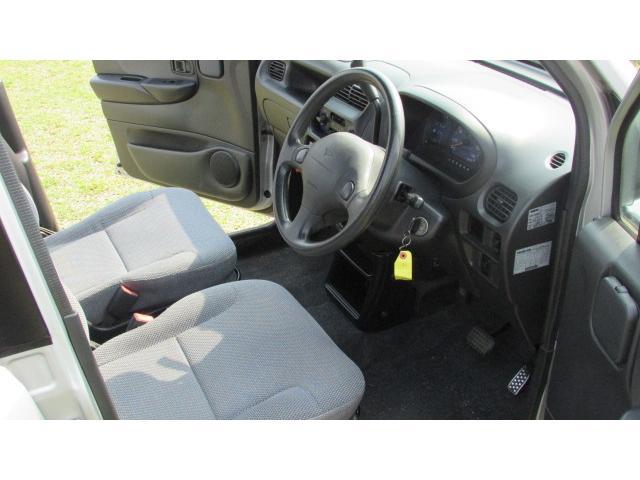 運転席、助手席のスペースは充分あり、ゆったりとお乗り頂けるかと思います♪