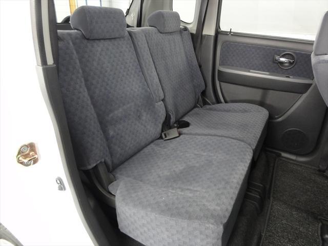 後部座席の足元も広く、アームレストも付いてます。