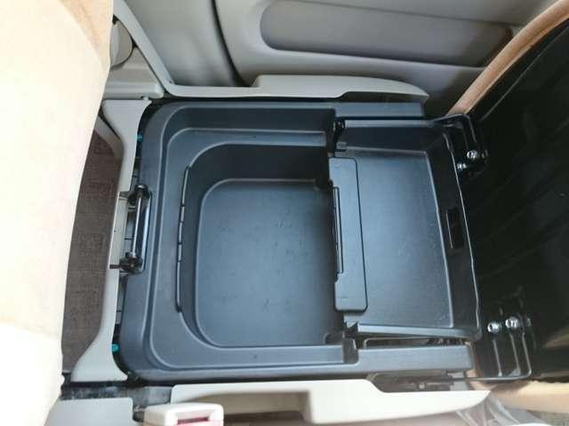 助手席シートの下に収納スペースあります。